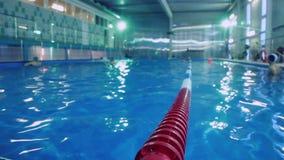Ruelles en plastique dans la piscine Ruelles de piscine de concurrence banque de vidéos