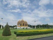 Ruen Yod Bar Mungkalanusaranee pawilon na zielonym gazonie pod jaskrawym niebieskim niebem Obrazy Royalty Free