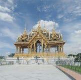 Ruen Yod Bar Mungkalanusaranee pawilon na zielonym gazonie pod jaskrawym niebieskim niebem Zdjęcia Royalty Free