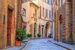 Rues étroites avec du charme de ville de Florence Photos stock