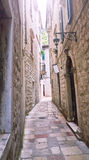 Rues étroites de Kotor petites de vieille ville historique Logez la vieille pierre d'abat-jour lumineux de toile de séchage du so Images libres de droits