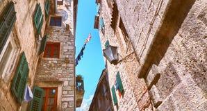 Rues étroites de Kotor petites de vieille ville historique Logez la vieille pierre d'abat-jour lumineux de toile de séchage du so Photographie stock