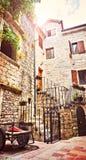 Rues étroites de Kotor petites de vieille ville historique Logez la vieille pierre d'abat-jour lumineux de toile de séchage du so photo libre de droits