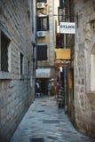 Rues étroites de la ville-forteresse antique du méditerranéen Voyage à Monténégro, Kotor Images stock