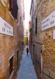 Rues étroites de Venise Photos stock
