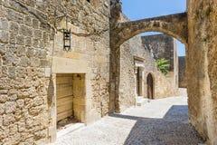 Rues étroites de vieille ville de Rhodes Images libres de droits