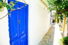 Rues étroites de ville de Skopelos, Grèce image libre de droits