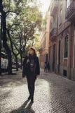Rues étroites ensoleillées admiratives de jeune femme de voyageur belles à Lisbonne, Portugal photos stock