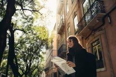 Rues étroites ensoleillées admiratives de jeune femme de voyageur belles à Lisbonne, Portugal photo stock