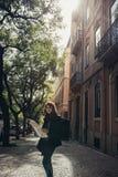 Rues étroites ensoleillées admiratives de jeune femme de voyageur belles à Lisbonne, Portugal Image stock
