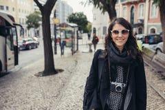 Rues étroites ensoleillées admiratives de jeune femme de voyageur belles à Lisbonne, Portugal Images libres de droits