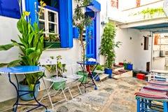 Rues étroites traditionnelles avec les barres mignonnes de café en Grèce Île de Skopelos, Sporades images libres de droits