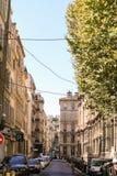 Rues accidentées d'été de la ville française Image libre de droits