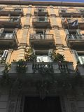 Rues, balcons, maisons architecturales, Barcelone, Espagne photo stock