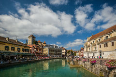 Rues, canal et rivière de Thiou à Annecy, France Images libres de droits
