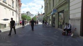 Rues centrales de la ville de Ljubljana la ville capitale et plus grande de la Slovénie Églises et château sur la colline clips vidéos