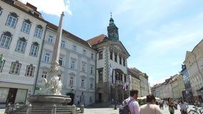 Rues centrales de la ville de Ljubljana la ville capitale et plus grande de la Slovénie Églises et château sur la colline banque de vidéos