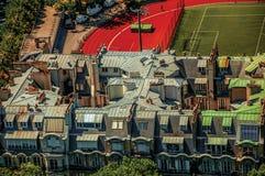 Rues, champ de sports et toits dans le jour ensoleillé, vu de Tour Eiffel à Paris Photo libre de droits