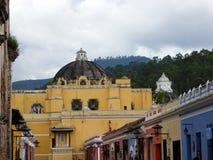 Rues colorées de l'Antigua colonial Guatemala Images libres de droits