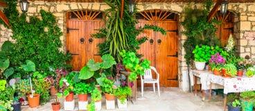 Rues décorées florales avec du charme des villages traditionnels de la CYP photos stock
