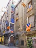 Rues de Barcelone avec les drapeaux 0370 de catalan Photographie stock libre de droits