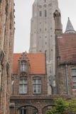 Rues de Bruges, Belgique - toits de tuile rouge et bâtiments redbrick images stock