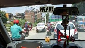 Rues de Katmandou par la fenêtre de taxi Photos stock