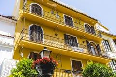 Rues de Marbella en Espagne avec des fleurs et des plantes sur le faca Photographie stock libre de droits