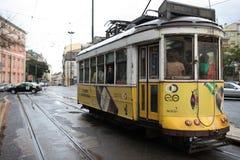 Rues de marche de femme enthousiaste de voyageur de capitale européenne Touriste à Lisbonne, Portugal photos libres de droits