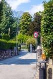 Rues de Menaggio avec des panneaux routiers image stock