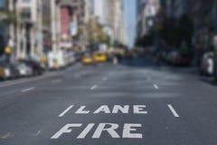 Rues de New York City de ruelle de feu de fond de tache floue Photos stock
