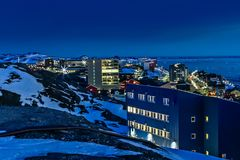 Rues de nuit et bâtiments du centre de Greelandic Nuuk capital, photographie stock libre de droits