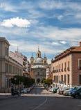 Rues de panorama à Madrid avec la cathédrale dans la perspective Photographie stock