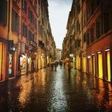 Rues de Rome après pluie Photos stock