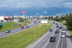 Rues de Tallinn, routes d'été images stock