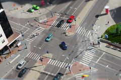 Rues de ville avec des véhicules et la circulation Photos libres de droits
