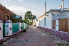 Rues en pierre étroites avec les barrières vertes et les piliers blancs et murs dans la petite vieille ville historique d'Ovruch, photos libres de droits