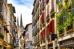 Rues et cathédrale de centre de Bayonne vieilles photo libre de droits