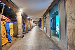 Rues et foire médiévale et x28 ; closed& x29 ; en Alcala de Henares, aube pendant la semaine de Cervantes et x28 ; 10/06/2016& x2 Photos stock