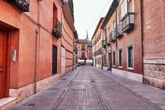 Rues et foire médiévale (fermées) en Alcala de Henares, dur d'aube Image stock