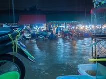 Rues et marchés inondés par pluie Images stock