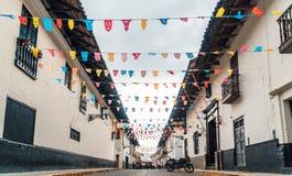 Rues et préparation pour la fiesta du carnaval de Cajamarca au Pérou photographie stock