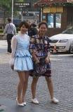 Rues fascinantes et commerces de Changhaï, Chine : la mode locale porte beaucoup de styles photos libres de droits