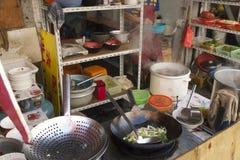 Rues fascinantes et commerces de Changhaï, Chine : restaurant typique de rue avec ses propres couleurs et saveurs photographie stock libre de droits