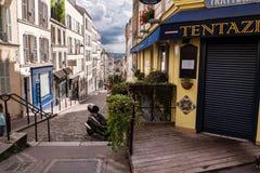 Rues françaises sur la colline de Montmartre à Paris Images stock