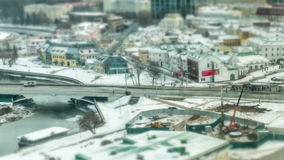 Rues hiver de Minsk, Belarus La voiture et les gens se déplacent rapidement Décalage d'inclinaison de Titelapse clips vidéos