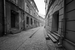 Rues noires et blanches de la vieille ville à Lublin Photos libres de droits