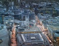 Rues passantes de ville de Londres dans le crépuscule Premiers lumières et coucher du soleil de soirée Le panorama de Londres de  Images stock