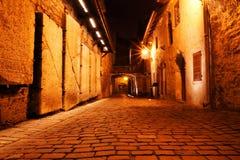Rues pavées en cailloutis de vieux Tallinn, Estonie, l'Europe Photos libres de droits