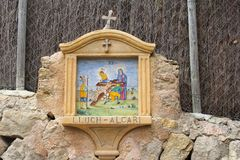 Rues religieuses minuscules de croix d'autel, Deia, Majorca Photographie stock libre de droits